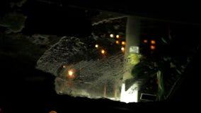 Equipaggi l'eliminazione della finestra del parabrezza dopo la vista dell'automobile dell'interno della bufera di neve della neve archivi video
