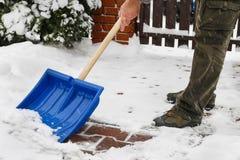 Equipaggi l'eliminazione della neve dal marciapiede dopo la bufera di neve Fotografie Stock Libere da Diritti