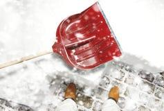 Equipaggi l'eliminazione della neve sul cortile con la pala durante le precipitazioni nevose Fotografia Stock Libera da Diritti