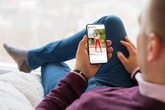 Equipaggi l'esame della foto che divide il app sul telefono cellulare fotografia stock