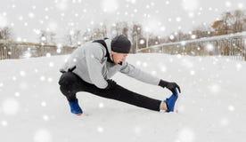 Equipaggi l'esercitazione e l'allungamento della gamba sul ponte dell'inverno Fotografia Stock