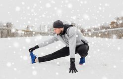 Equipaggi l'esercitazione e l'allungamento della gamba sul ponte dell'inverno Immagini Stock