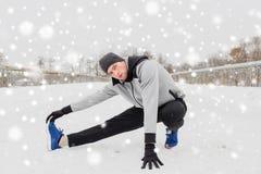 Equipaggi l'esercitazione e l'allungamento della gamba sul ponte dell'inverno Immagini Stock Libere da Diritti