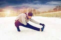 Equipaggi l'esercitazione e l'allungamento della gamba sul ponte dell'inverno Fotografie Stock