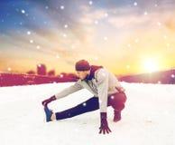 Equipaggi l'esercitazione e l'allungamento della gamba sul ponte dell'inverno Immagine Stock Libera da Diritti