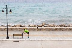 Equipaggi l'esercitazione e correre sulla via della città alla spiaggia Fotografie Stock