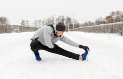 Equipaggi l'esercitazione e l'allungamento della gamba sul ponte dell'inverno Immagine Stock