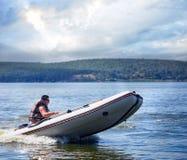 Equipaggi l'imbarcazione a motore bianca corrente con le bande arancio dai lati Fotografie Stock Libere da Diritti