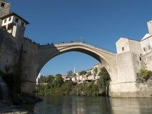 Equipaggi l'immersione subacquea dal vecchio ponte di Mostar Immagine Stock Libera da Diritti