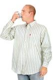 Equipaggi l'inalatore della medicina di asma della holding Fotografia Stock Libera da Diritti