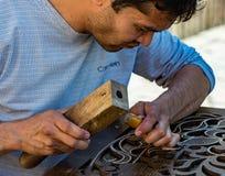 Equipaggi l'incisione del legno degli scalpelli nell'officina vicino al bazar di Chorsu in Tas Fotografia Stock