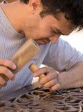 Equipaggi l'incisione del legno degli scalpelli nell'officina vicino al bazar di Chorsu in Tas Fotografie Stock