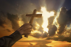 Equipaggi l'incrocio della tenuta della mano o la forma di legno di simbolo di religione Fotografia Stock Libera da Diritti