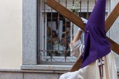 Equipaggi l'incrocio di camminata e di trasporto di Jesus Christ durante la settimana santa Fotografie Stock