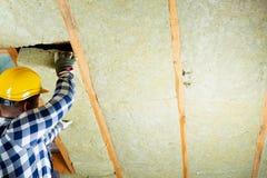 Equipaggi l'installazione dello strato termico dell'isolamento del tetto - facendo uso di minerale corteggi fotografie stock libere da diritti