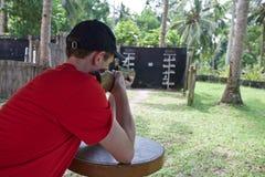 Equipaggi l'obiettivo della fucilazione con il fucile Fotografie Stock Libere da Diritti