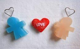 Equipaggi la bambola con amore della bambola e del testo della donna sul fondo dello zucchero Fotografie Stock Libere da Diritti
