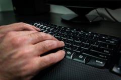 Equipaggi la battitura a macchina su una tastiera con le lettere in ebraico ed in inglese Fotografia Stock