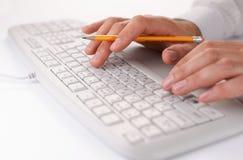 Equipaggi la battitura a macchina su una tastiera di computer sul lavoro Fotografia Stock Libera da Diritti