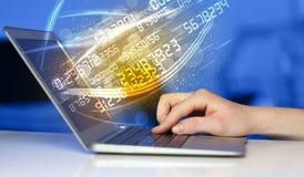 Equipaggi la battitura a macchina sul taccuino moderno con la venuta di dati della tecnologia di numero Immagini Stock