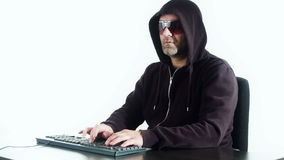Equipaggi la battitura a macchina sulla tastiera di computer, l'attacco del pirata informatico, fondo bianco stock footage