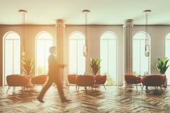 Equipaggi la camminata in caffè rosa delle poltrone, finestre incurvate Immagini Stock Libere da Diritti