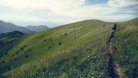 Equipaggi la camminata in colline sul percorso con la grande borsa in montagne di tatra fotografia stock