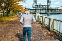Equipaggi la camminata lungo il riverwalk nella città di Portland all'autunno Immagini Stock Libere da Diritti
