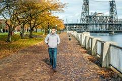 Equipaggi la camminata lungo il riverwalk nella città di Portland all'autunno Fotografia Stock