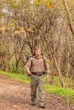 Equipaggi la camminata in natura con lo zaino - ritratto immagine stock libera da diritti