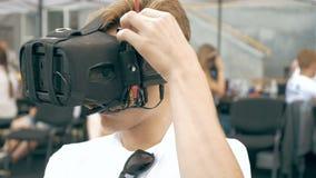 Equipaggi la correzione dei vetri di VR per pilotare il fuco di FPV video d archivio