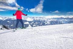 Equipaggi la corsa con gli sci sul pendio pronto con la nuova neve fresca della polvere in alpi Immagine Stock Libera da Diritti