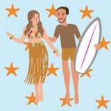 Equipaggi la donna che balla le Hawai mentre tengono il bordo praticante il surfing Fotografia Stock Libera da Diritti