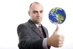 Equipaggi la fabbricazione del gesto dell'approvazione con terra sulla parte superiore Immagini Stock