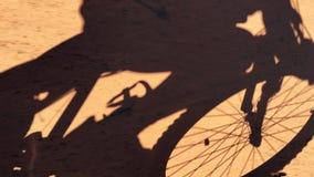 Equipaggi la guida della bici di montagna stock footage