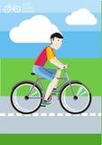 Equipaggi la guida della sua bici sulla strada fra i campi verdi Immagine Stock Libera da Diritti