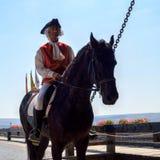 Equipaggi la guida medievale d'uso del costume su un cavallo fotografie stock