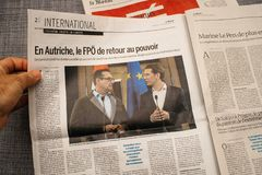 Equipaggi la lettura del giornale della copertura del francese di Le Monde con il faro e la p Immagini Stock Libere da Diritti