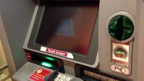 Equipaggi la mano che inserisce una carta assegni all'assegno del deposito stock footage