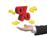 Equipaggi la mano che mostra il segno di percentuale rosso con i simboli di dollaro dorati Immagini Stock