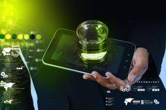 Equipaggi la mano che mostra un telefono della compressa e del bicchiere d'acqua immagine stock libera da diritti