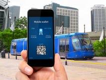 Equipaggi la mano che tiene il telefono con un biglietto mobile di treno e del portafoglio Immagine Stock Libera da Diritti