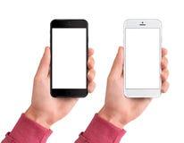Equipaggi la mano che tiene lo smartphone in bianco e nero, 6, 7, annunci, l'applicazione, il fondo, l'insegna, lo spazio in bian fotografia stock