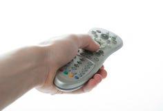 Equipaggi la mano che tiene un telecomando della TV sopra bianco Fotografia Stock Libera da Diritti