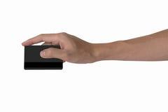 Equipaggi la mano del ` s che tiene il modello nero in bianco della carta di credito con il MAG nero immagini stock libere da diritti