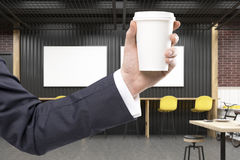 Equipaggi la mano del ` s in un interno del caffè con due manifesti orizzontali Fotografia Stock