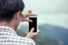 Equipaggi la mano facendo uso del cellulare, lo smartphone, telefono per prendere la foto Fotografia Stock Libera da Diritti