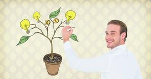 Equipaggi la penna di tenuta ed il disegno dei soldi e dei grafici di idea sui rami della pianta sulla parete Fotografia Stock