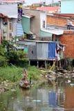 Equipaggi la pesca nel fiume sparso rifiuti in Ho Chi Minh City, Vietnam Fotografia Stock Libera da Diritti