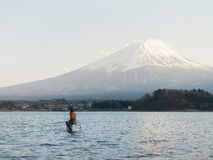 Equipaggi la pesca nel kawaguchiko del lago e nella montagna Fuji nel Giappone Fotografie Stock Libere da Diritti